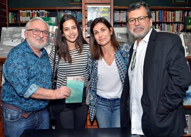 No alto, à esquerda, Jozias Benedicto e Taísa Collaço; ao lado, Chico Cunha e Beatriz Milhazes; acima, o autor com o artista plástico Gonçalo Ivo, a filha Antônia e a mulher Denise Ivo / Fotos: divulgação