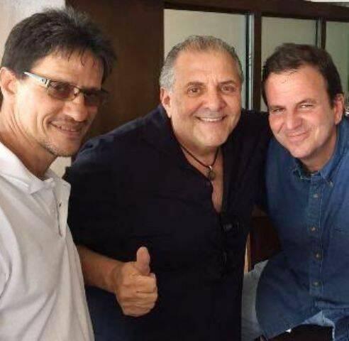 Alberto Pinto, presidente da Cdurp; Cleber Goulart, sócio do Ancoramar; e o prefeito Eduardo Paes, no bar do Ancoramar / Foto: divulgação