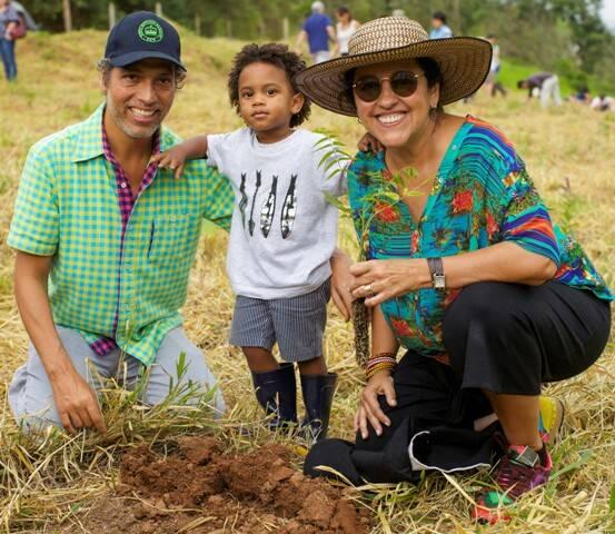 Estevão, Regina e o filho Roque: casal já começou a plantar as 20 mil mudas de árvores da Mata Atlântica compradas com recursos de financiamento coletivo / Foto: divulgação