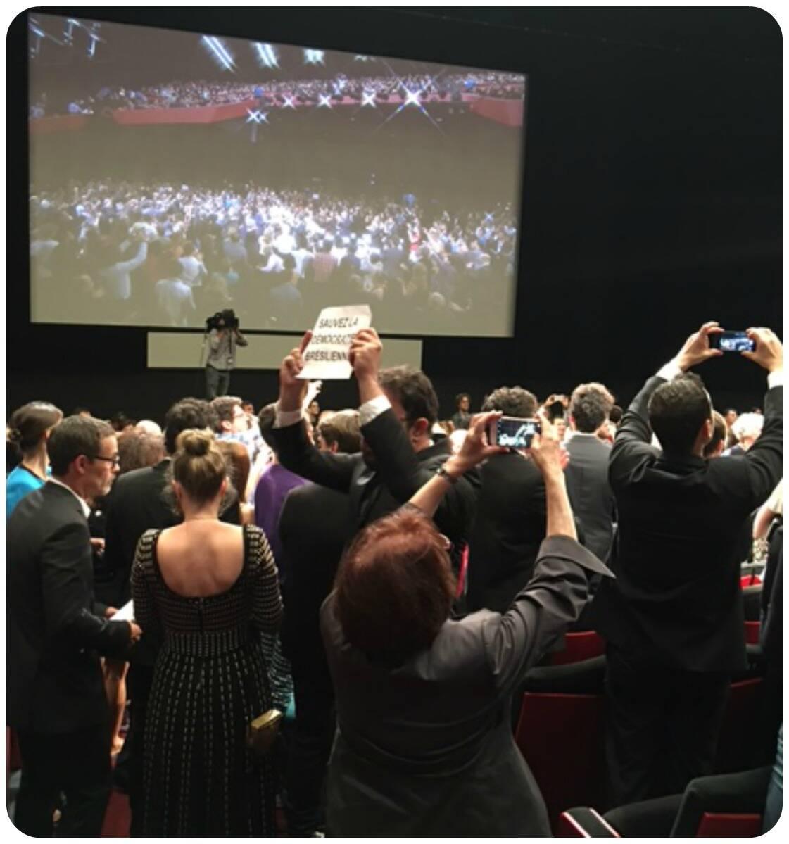 Momento de protestos contra o governo brasileiro no Festival