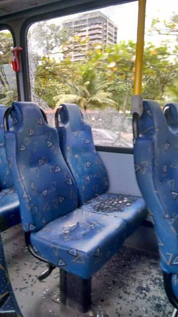 A janela estilhaçada do ônibus da Integrada 8, depois de passar pelo primeiro túnel da Rocinha, sentido Zona  Sul / Foto: do leitor