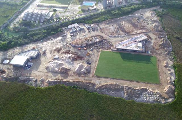 No alto, o estádio do Edson Passos, em Mesquita, na Baixada; acima, o novo Centro de Treinamento do Fluminense, na Barra / Fotos: reprodução da internet