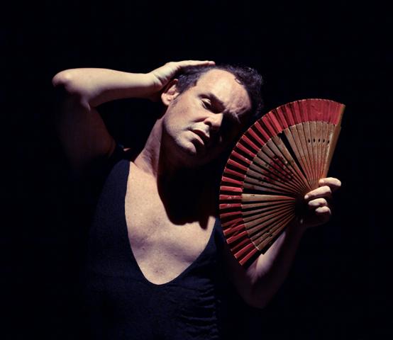 Matheus Nachtergaele em cena, declamando os poemas de sua mãe: o espetáculo vai ter sessões gratuitas durante a Flip / Foto: Léo Aversa