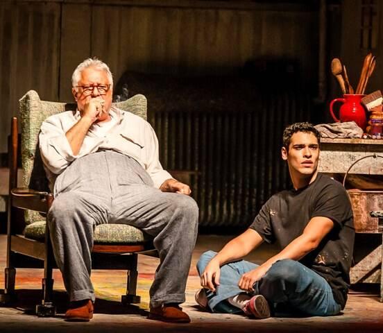 Antonio e Bruno Fagundes como o pintor Rothko e seu assistente Ken, na peça Vermelho / Foto: Caio Galluci