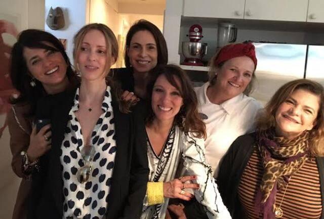 No alto, a chef pernambucana Izabel Dias; nesta foto, Ione Costa, Ana Tolpiakow, Silvia Pfeifer, Izabel Goulart, Helena Bricio e Isabela Capeto em almoço na Lagoa