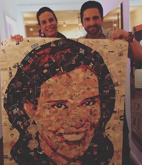 Narcisa Tamborindeguy com o artista plástico Anderson Thives: na frente, o retrato dela feito por ele / Foto: reprodução Facebook