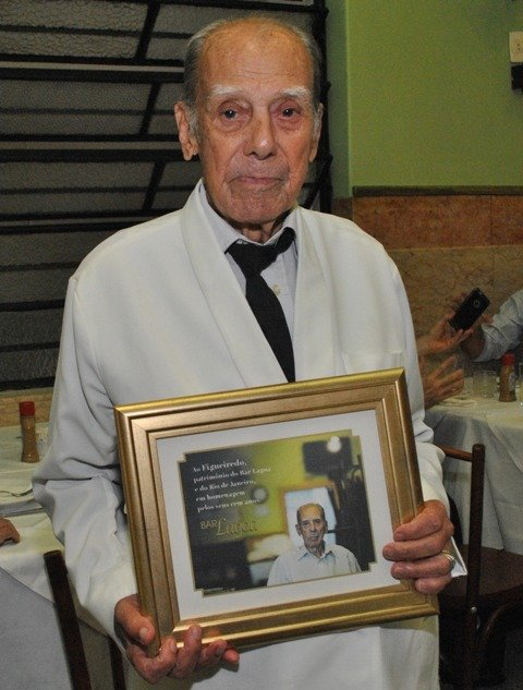 O garçom Figueiredo na homenagem que foi prestada a ele por Catito Peres, ano passado, no Bar Lagoa / Foto: Armando Araújo