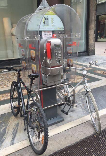 """Antigo """"orelhão"""" em Milão: nova utilidade encontrada pelos italianos / Foto: do leitor"""