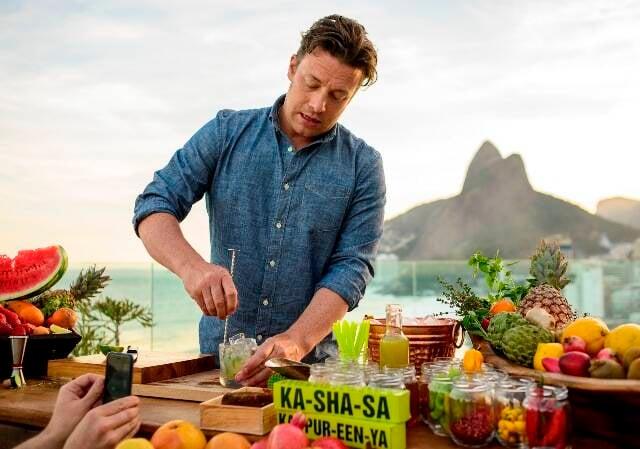 O chef Jaime Oliver chegou ao Rio esta tarde e já fez o vídeo para sua página Drinks Tube com frutas brasileiras e cachaça / Foto: Alex Carvalho