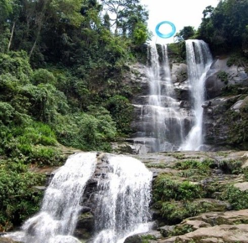 No alto, a artista e o anel, já pronto para ser levado para o alto da cachoeira; acima, simulação gráfica de como vai ficar a escultura no Véu de Noiva de Mangaratiba / Fotos: divulgação