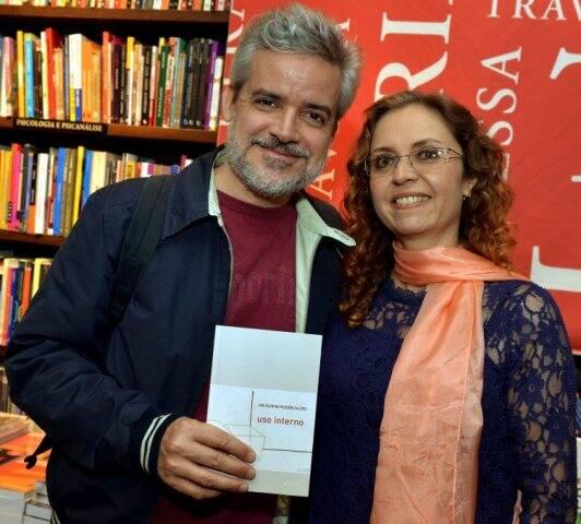 """O editor Jorge Viveiros de Castro, da 7Letras, e Lara Valentina, no lançamento do livro """"Uso Interno"""", na Travessa de Ipanema / Foto: Cristina Granato"""