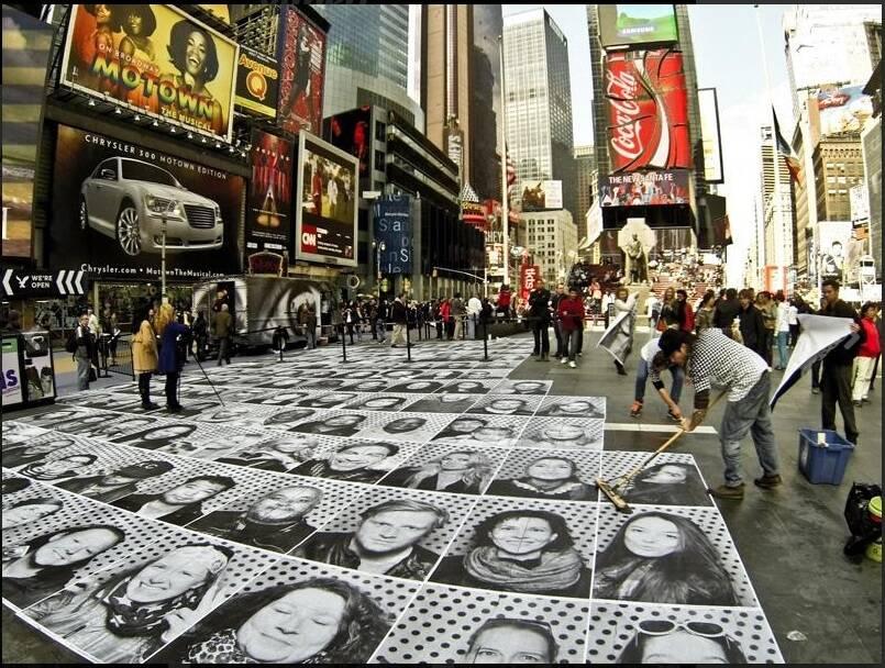 """No alto, o painel em cima do prédio Hilton Santos, o prédio do clube do Flamengo no Morro da Viúva, com a obra de arte tomando forma; acima, o projeto """"Inside Out"""" na Times Square, em Nova York / Fotos: reprodução do Instagram"""