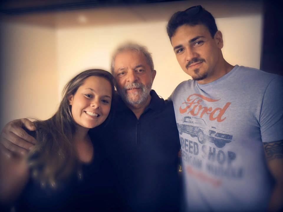 No alto, Felipe Miranda e Bia Lula da Silva; nesta foto o ex-presidente Lula entre o casal / Fotos reprodução Facebook