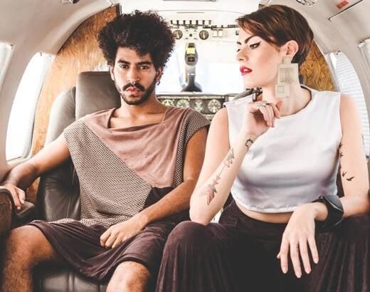 No alto, a modelo trans Joana Couto e Aguinaldo Silva; acima, os modelos Miguel Lourenço e Joana Couto na foto do catálogo da Hex / Fotos: divulgação