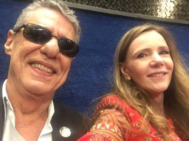 A senadora Vanessa Grazziotin também garantiu sua foto com Chico Buarque nesta segunda-feira, no julgamento da presidente Dilma / Foto: Vanessa Grazziotin