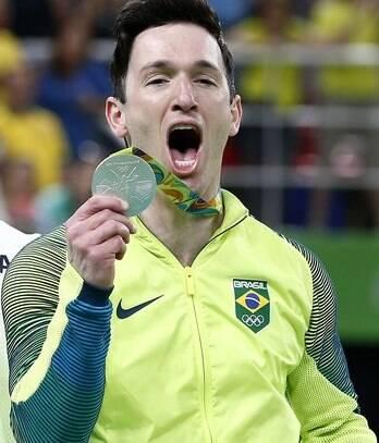 Diego Hypólito, comemorando a medalha de prata na ginástica de solo, na Olimpíada / Foto: IG