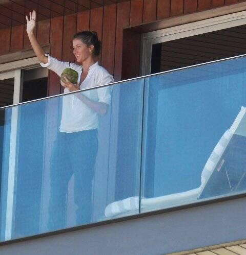 Gisele Bündchen já chegou ao Rio com os filhos: na sacada do Fasano, ela toma água de coco e acena para os fãs / Foto: Agnews