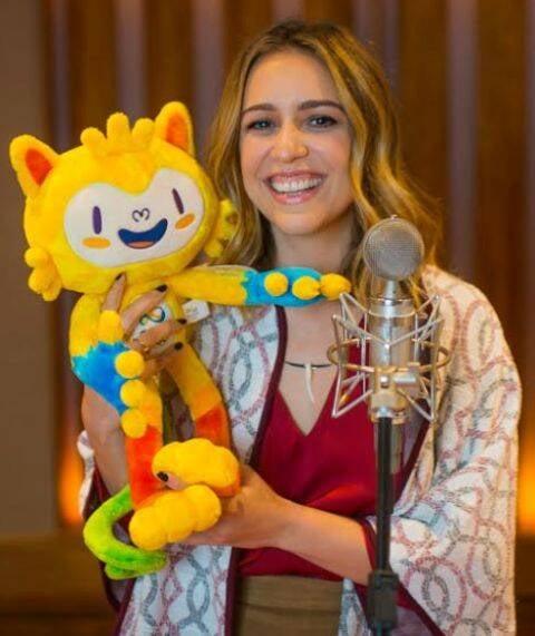 Roberta Sá com o mascote Vinicius, da Olimpíada: a Carmen Miranda da festa de encerramento dos Jogos / Foto: Alex Ferro