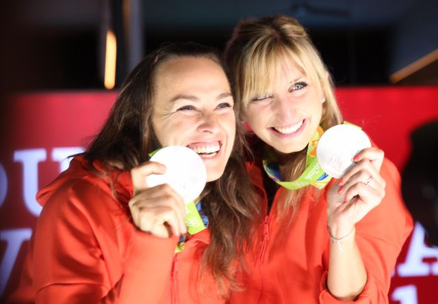 Martina Hingis e Timea Bacsinszky: a dupla comemorando a medalha de prata, no Biaxo Suiça, na noite deste domingo / Foto: Miguel Sá