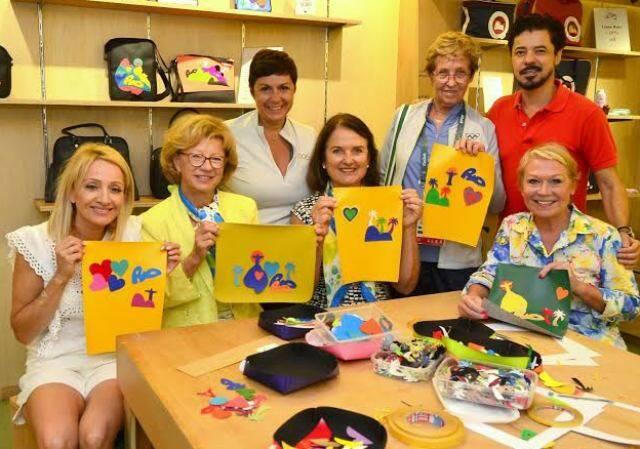 No alto,  Claudia Bach com Gilson Martins; nesta foto, Claudia e as várias amigas levadas por ela, com o empresário / Foto: Reginaldo Teixeira
