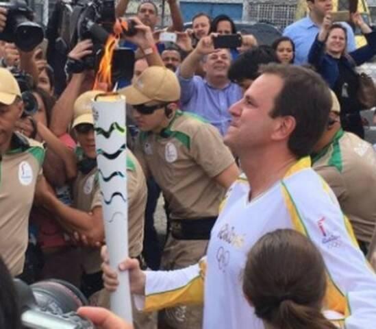 Eduardo Paes: prefeito fez discurso tradicional, falando da importância do evento para o Rio, ao receber a tocha, na manhã desta quarta-feira (03/08) / Foto: reprodução Twitter