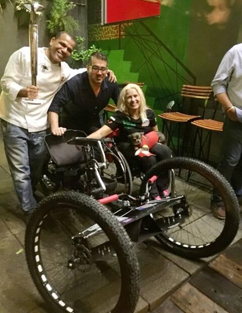 Jan Santos, seu sócio e marido Antonio Alcaraz e a atleta Gema Hassen-Bey, com o protótipo da cadeira de rodas criada para subir montanhas / Foto: divulgação