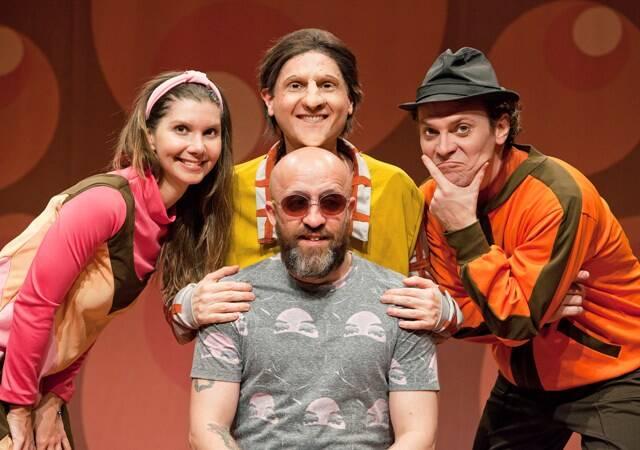 Fabrício Carpinejar, ao centro, com os atores Priscila Assum, João Lucas e Eduardo Katz / Foto: Chico Lima