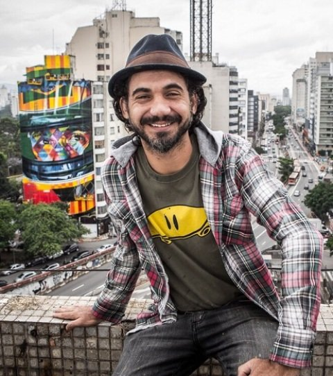 No alto, a foto clássica de Ayrton Senna na vitória da F-1 em 1991; acima, Eduardo Kobra e o mural de Ayrton na Rua da Conceição, em São Paulo / Fotos: Allan Teixeira e reprodução da internet