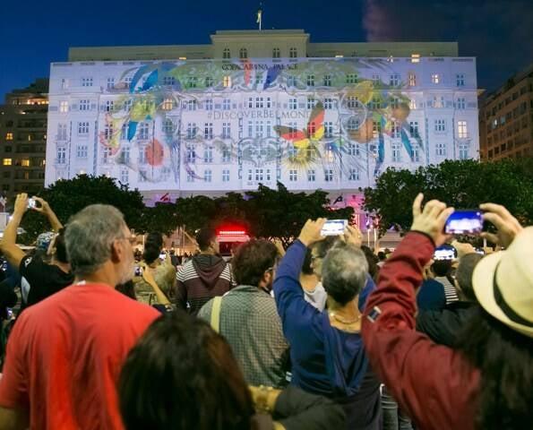 Público assiste à projeção inédita na fachada do Copa