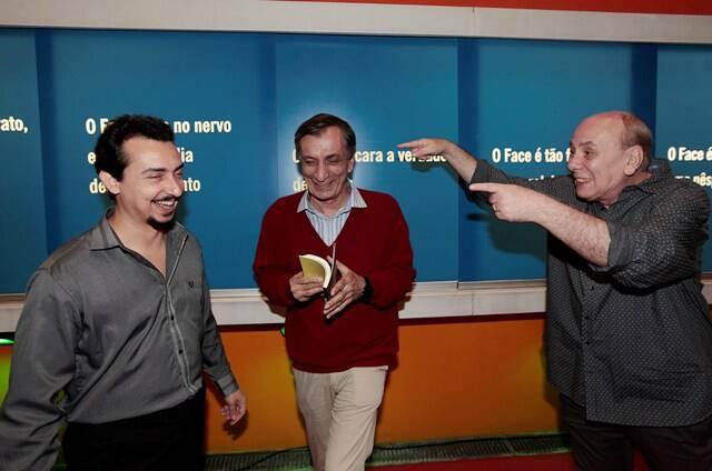 Régis brinca com Victor Paes e Antonio Cícero no 1o andar da exposição