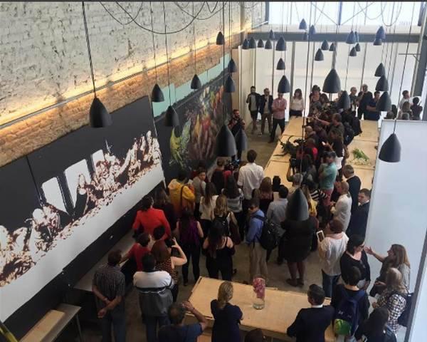 No alto, Gabor de Zagon, vice-cônsul da Itália, o chef Massimo Bottura, o embaixador da Itália Antonio Bernardini e a mulher, Ornella Bernardini; no centro David Hertz e Alexandra Forbes; acima, uma visão geral do refeitório, com o painel de Vik Muniz e as mesas dos irmãos Campana / Fotos: Júlia Assis