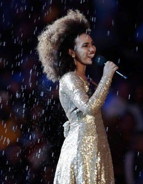 Mariene de Castro na festa da Olimpíada, no Maracanã: ela cantou a maior parte do tempo embaixo de uma chuva artificial / Foto: Agnews