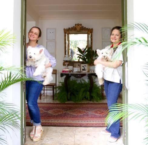 As arquitetas Mariana e Cristina Mascarenhas, com Gucci e Bê no colo: espaço na Casa Cor vai ser em homenagem aos cãezinhos / Foto: divulgação