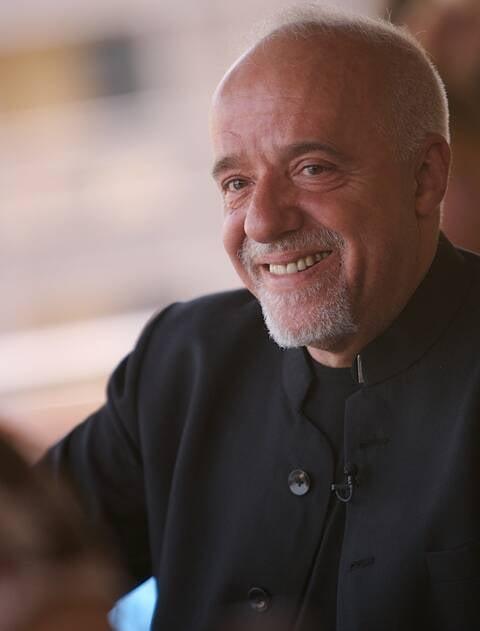 Paulo Coelho: escritor prefere falar com seus leitores através do Periscope e das outras mídias digitais / Foto: Paul Macleod