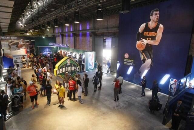 Casa do Catar, no alto, que funcionou na antiga Casa Daros, e a Casa da NBA, no Boulevard Olímpico: dois destaques segundo a Associação Comercial do Rio / Fotos: divulgação e O Dia