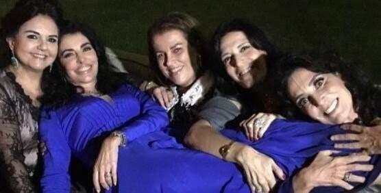 Antonia Frering: a atriz nos braços de algumas das melhores amigas - Amelinha Azeredo, Leninha Amorim, Paula Cleophas e Isabela Lage / Foto: reprodução Instagram