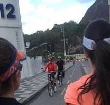 Dilma Rousseff: ex-presidente pedalando na orla carioca / Foto: amiga da coluna