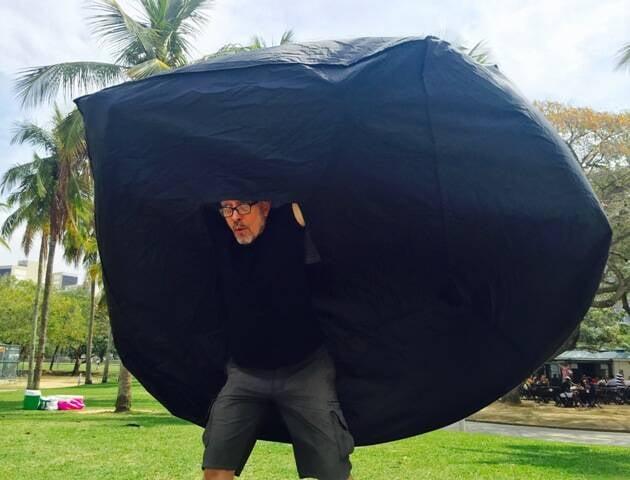 Os infláveis de Franklin Cassaro na festa de abertura da Olimpíada, no alto; acima, o artista dá uma prévia do que será sua apresentação, nesta quarta-feira, no Aterro do Flamengo / Fotos: divulgação