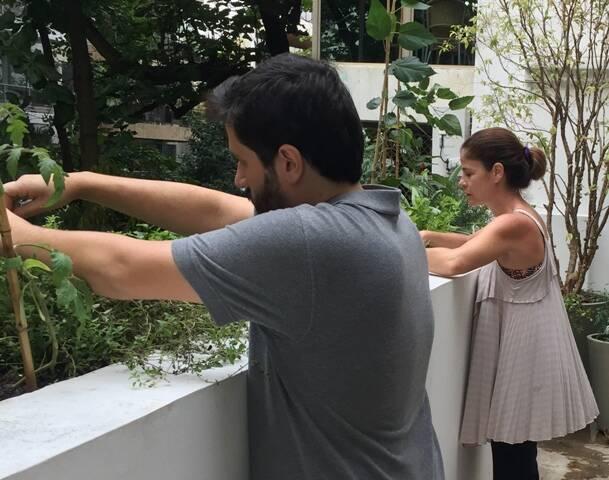 Ivan Grilo com a especialista em horta urbana Samantha Caldato, a quem o artista pediu ajuda / Foto: divulgação