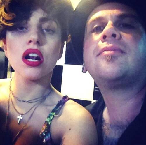 Lady Gaga e Daniel Tucci em 2012, no estúdio do tatuador / Foto: divulgação