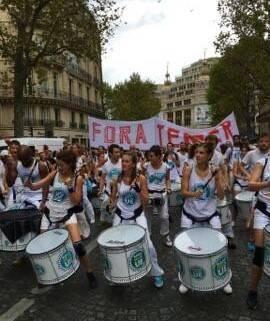 """""""Fora Temer"""": todos que carregavam a faixa moram na França ou arredores / Foto; amigo da coluna"""