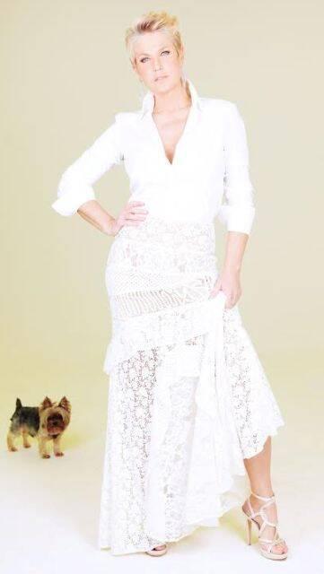 Xuxa e seu yorkshire Dudu: a apresentadora está entusiasmada com a chance de reviver seus shows dos anos 80 / Foto: divulgação