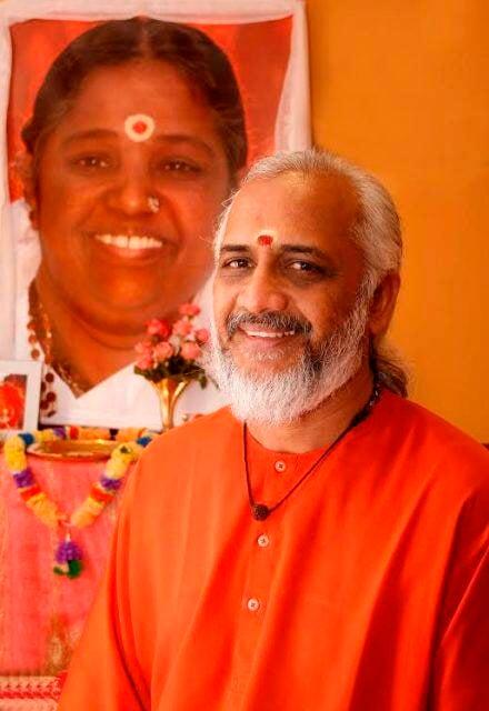 Swami Ramakrishnananda Puri com a foto de Amma: encontro com cariocas vai ser na sexta-feira, no Flamengo / Foto: divulgação