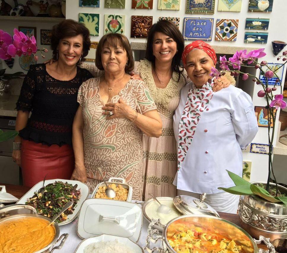 As anfitriãs Irani e Ione Costa entre Maria Silvia Bastos Marques e a banqueteira baiana Noêmia, no Leblon / Foto: Lu Lacerda