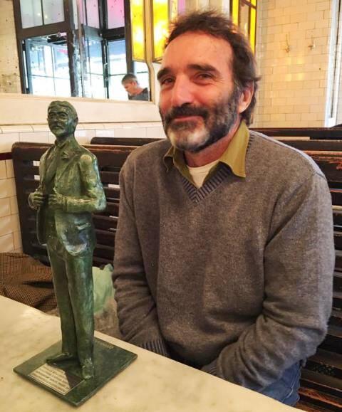 Edgar Duvivier e a miniatura da estátua de Marcel Proust, que ele vai construir na cidade de Caboug, na França / Foto: reprodução