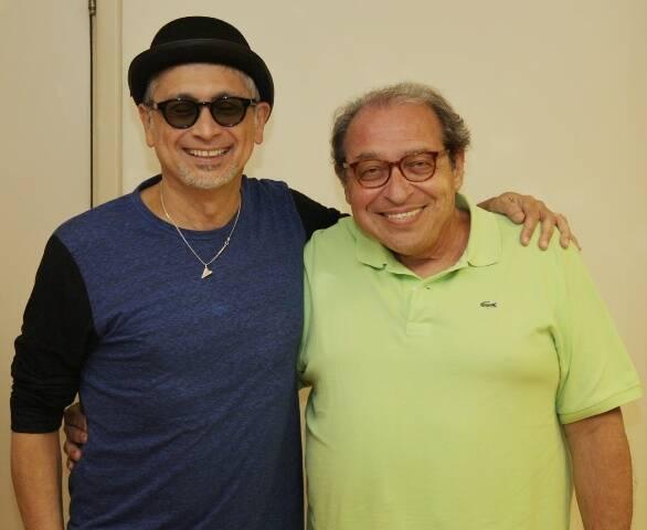 Zé Renato, ao lado de Ruy Castro, usou um chapéu coco em homenagem a Charles Chaplin / Foto: