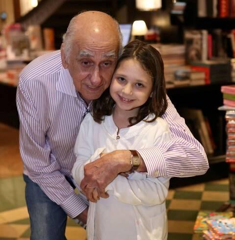 3 Zuenir Ventura com a neta Alice Ventura _ Gianne Carvalho _ IMG_9719