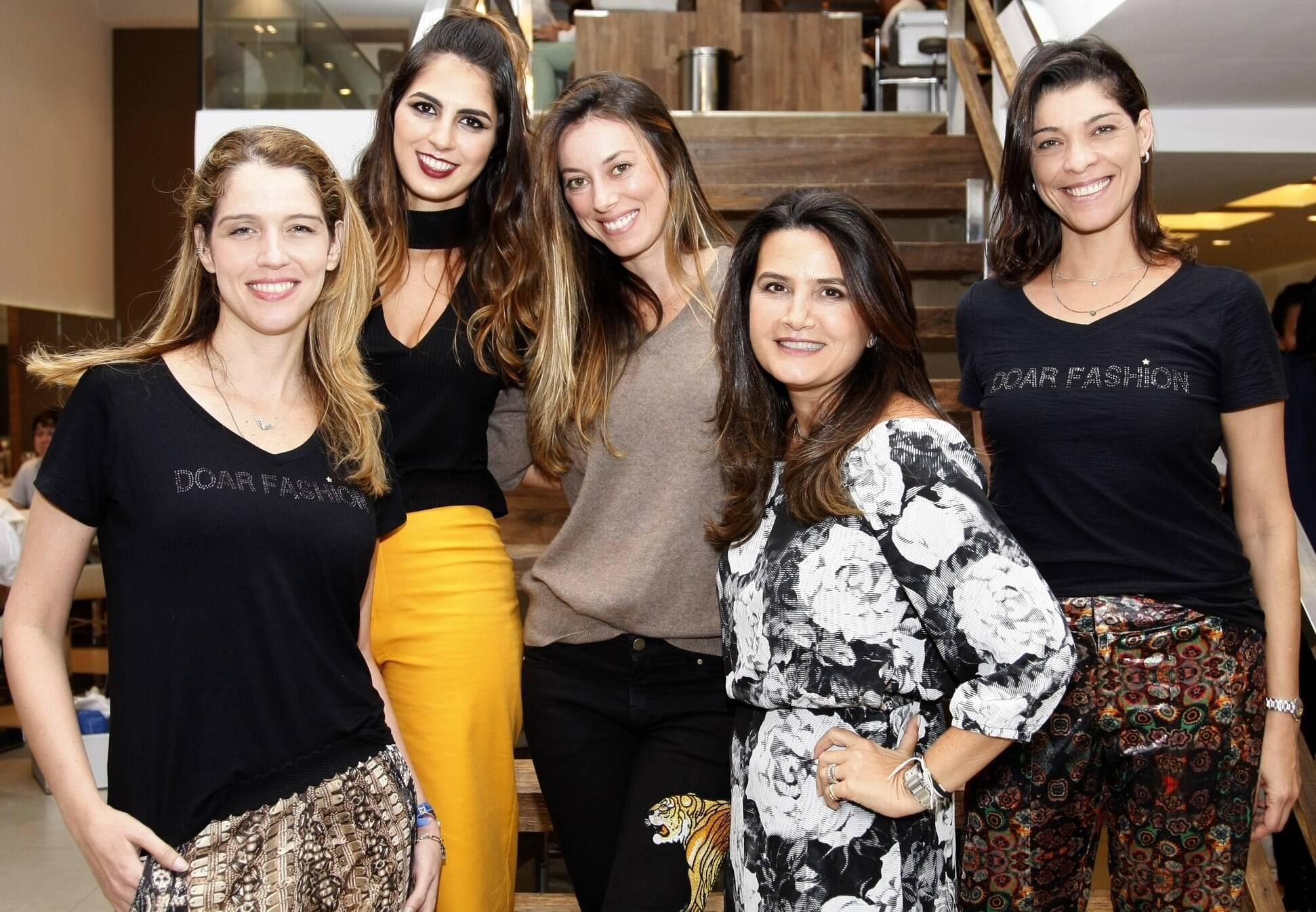 _46Q5129-Dani Martins, Daniella Vaz, Fabiola Cabral, Fernanda Chies e Marcia Areias-embaixadoras com as meninas do Doar Fashion