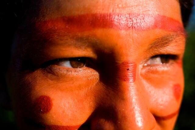 No alto, roupas e bijuterias da tribo ashaninka; acima, a pintura facial usada pela tribo / Fotos: Alice Fortes