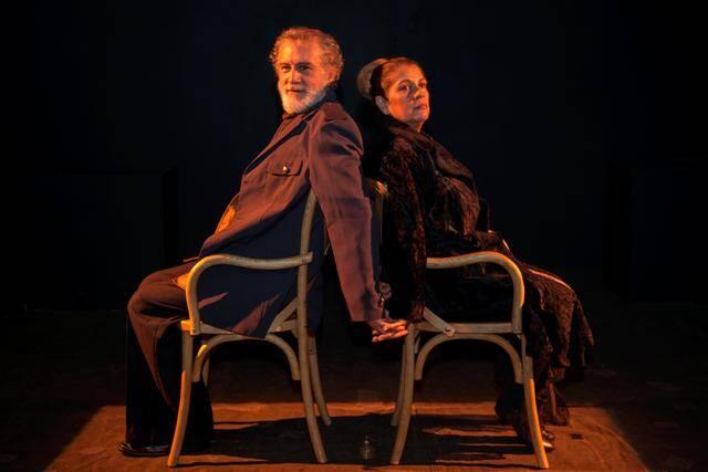 Edi Botelho e Tássia Camargo são os protagonistas da peça 'As Cadeiras' com direção de Ney Latorraca / Foto: Antonio Caetano